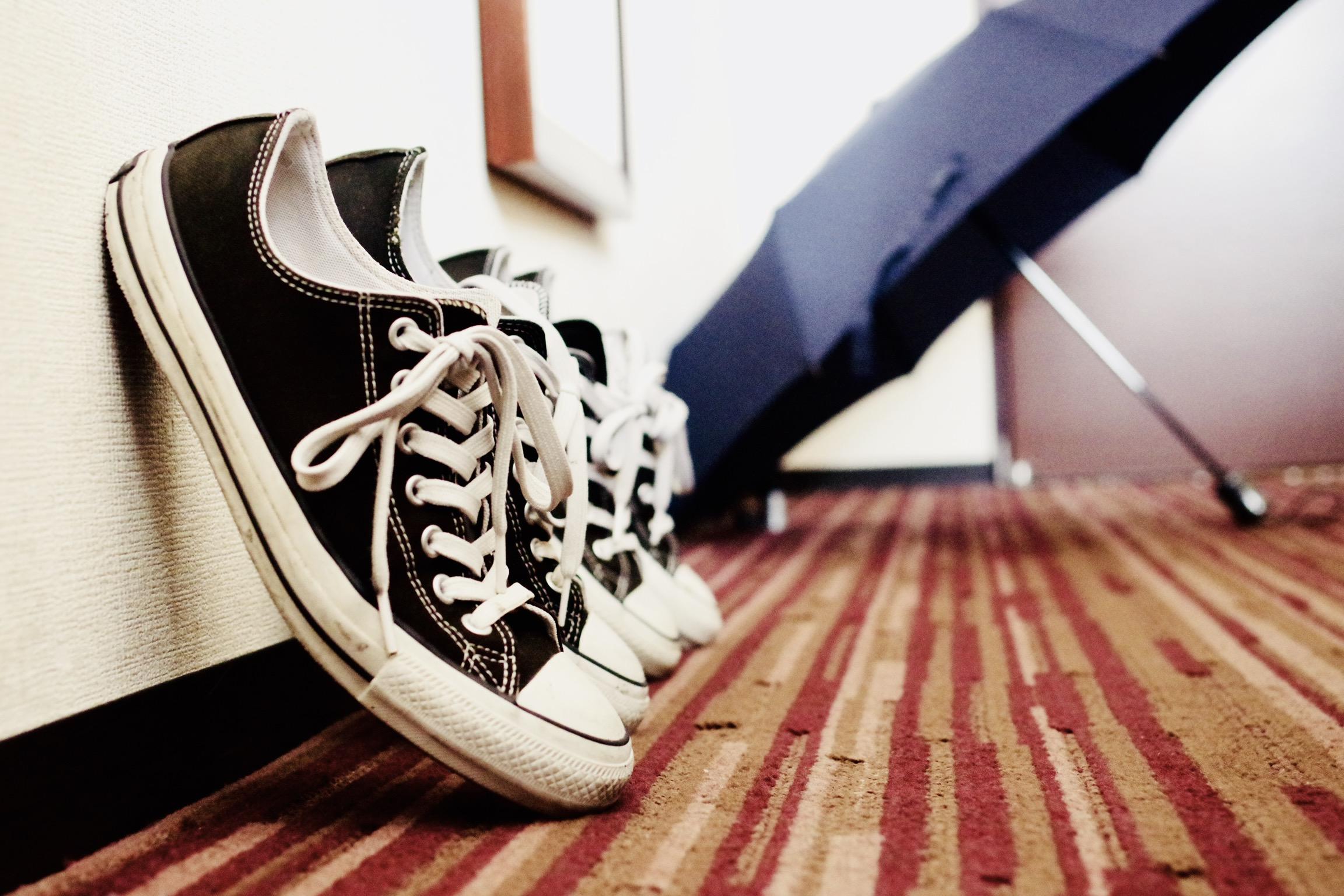 靴と傘の画像。ホテルの部屋にて。
