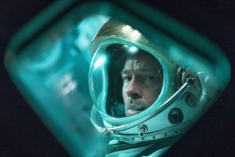 ブラッドピッドの宇宙船での表情