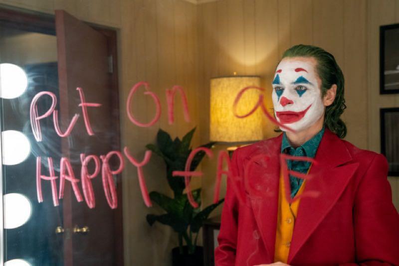 鏡にうつったホアキンフェニックス 版ジョーカー