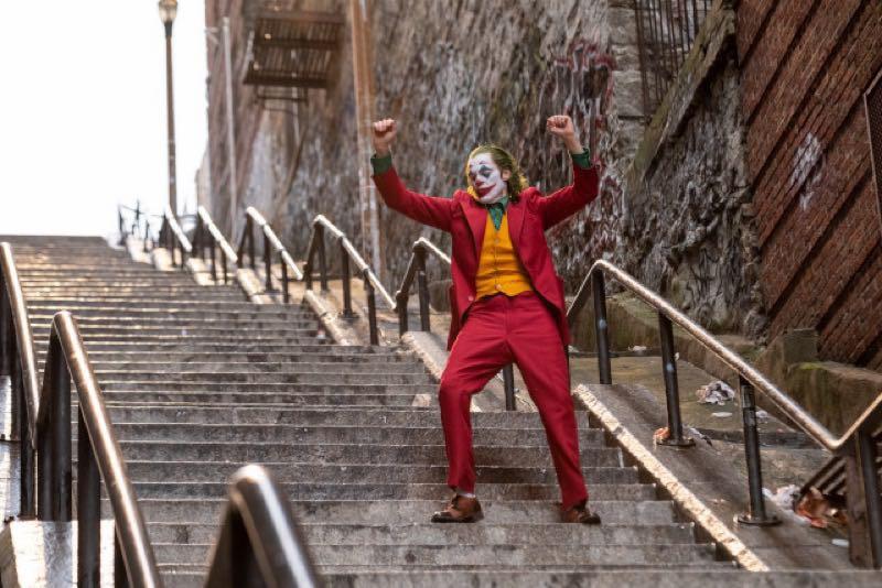 映画『JOKER』のワンシーン、階段で踊るジョーカー