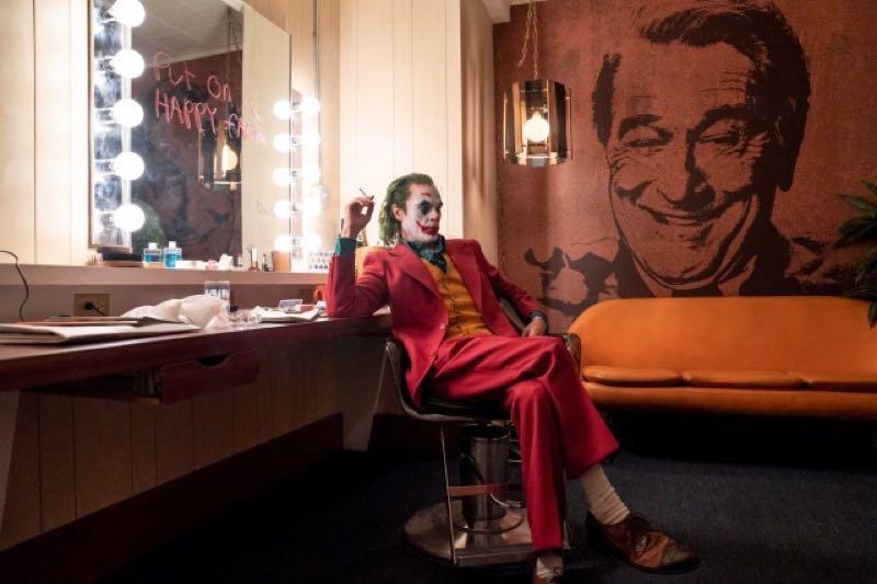 映画『JOKER』より、楽屋でくつろぐジョーカー