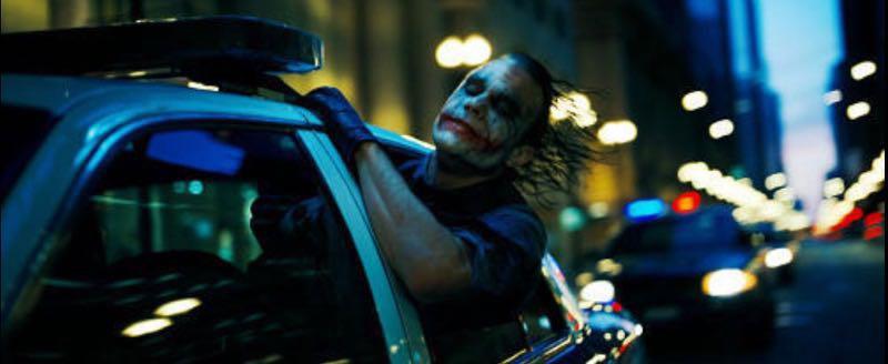 映画『ダークナイト』のヒースレジャー版ジョーカーがパトカーを疾走させている